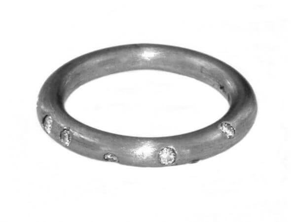 Ring aus Platin 2,5 mm rund mit Brillant