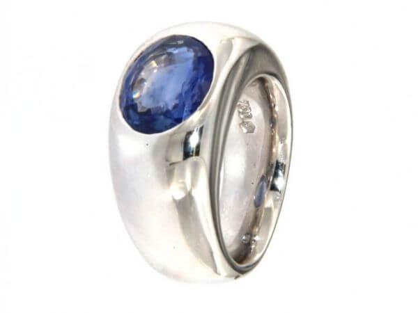 Ring aus Weißgold mit ovalem Safir