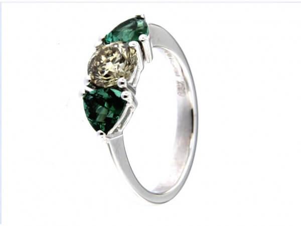 Ring mit grünen Turmalinen und Brillant