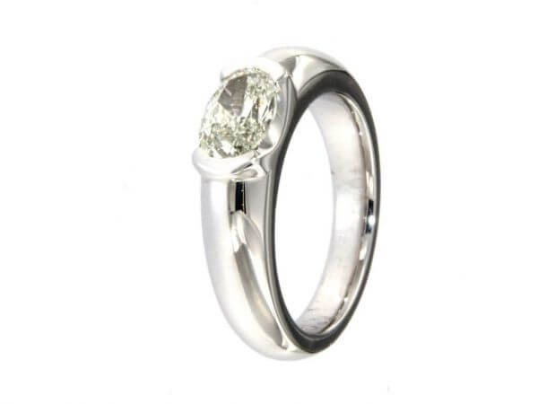Ring aus Weißgold mit ovalem Diamant