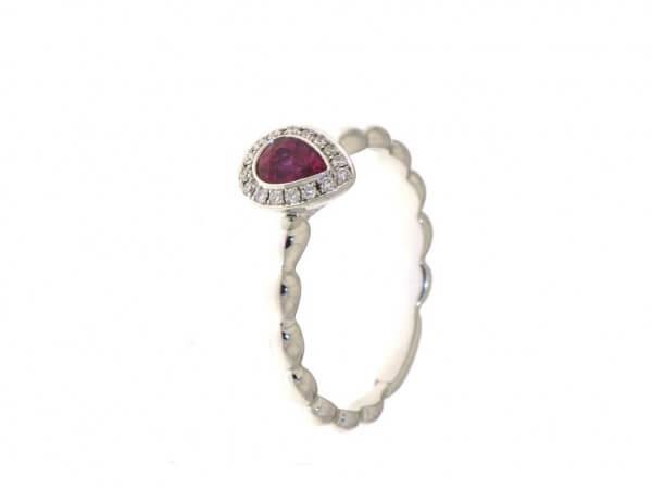 Ring aus Weißgold mit Rubin und Brillant
