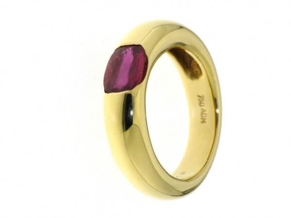 Ring 750 Gelbgold mit einem ovalen Rubin