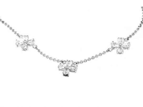 Collier aus Weißgold mit 12 Diamanten