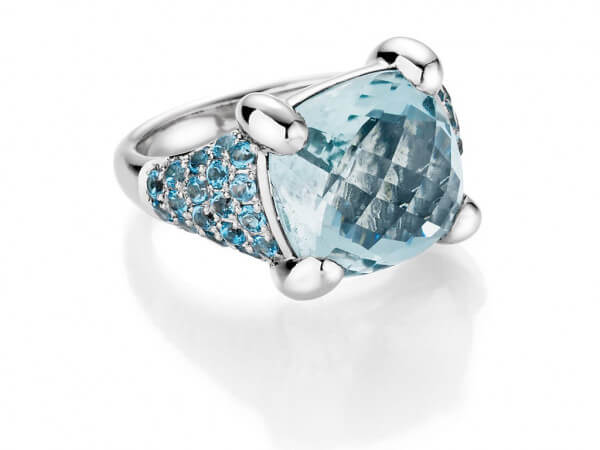 Ring aus Weißgold mit Blautopasen