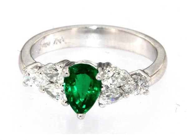 Ring mit Smaragd und 6 Brillanttropfen