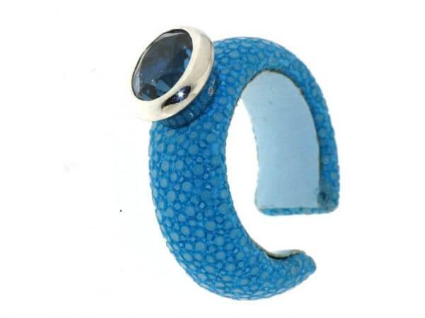 Ring aus Rochenleder mit London Topas