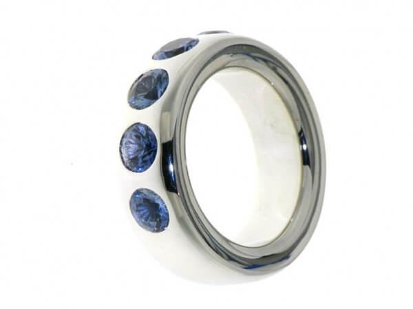 Ring aus Weißgold mit 6 blauen Safiren