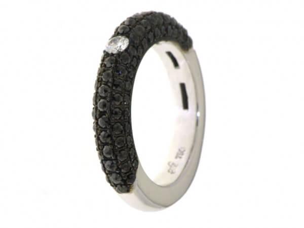 Ring aus Weißgold mit schwarzen Dimanten